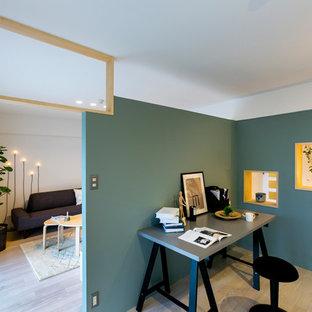 他の地域の北欧スタイルのおしゃれなホームオフィス・仕事部屋 (青い壁、塗装フローリング、自立型机、ベージュの床) の写真