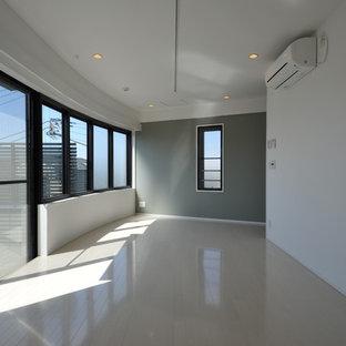 東京23区の小さいコンテンポラリースタイルのおしゃれなアトリエ・スタジオ (グレーの壁、合板フローリング、白い床) の写真