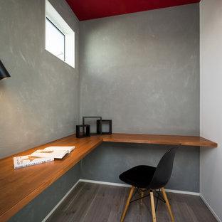 他の地域のモダンスタイルのおしゃれなホームオフィス・書斎 (グレーの壁、塗装フローリング、造り付け机、グレーの床) の写真