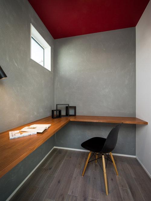 Moderne arbeitszimmer mit gebeiztem holzboden ideen design bilder houzz - Grauer schreibtisch ...