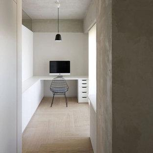 Ispirazione per uno studio industriale con pareti bianche, pavimento in legno verniciato, scrivania incassata e pavimento beige