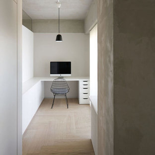 東京23区のインダストリアルスタイルのおしゃれなホームオフィス・書斎 (白い壁、塗装フローリング、造り付け机、ベージュの床) の写真