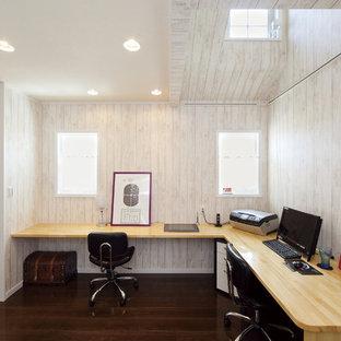 東京都下のアジアンスタイルのおしゃれなホームオフィス・仕事部屋 (ベージュの壁、濃色無垢フローリング、造り付け机、茶色い床) の写真