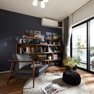 コンテンポラリースタイルのおしゃれな書斎 (マルチカラーの壁、淡色無垢フローリング、茶色い床) の写真