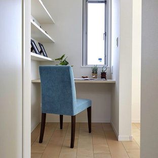 他の地域のコンテンポラリースタイルのおしゃれなクラフトルーム (白い壁、造り付け机、塗装フローリング、ベージュの床) の写真