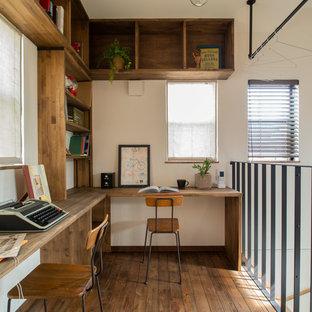 他の地域の中サイズのアジアンスタイルのおしゃれなホームオフィス・仕事部屋 (濃色無垢フローリング、茶色い床、ベージュの壁、造り付け机) の写真