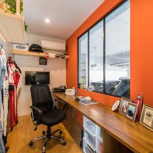 横浜のコンテンポラリースタイルのおしゃれなホームオフィス・書斎 (マルチカラーの壁、無垢フローリング、造り付け机、茶色い床) の写真