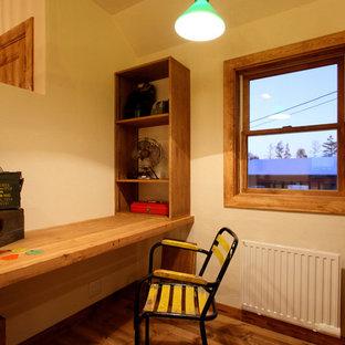 Immagine di uno studio stile shabby con pareti bianche, pavimento in legno massello medio, scrivania incassata e pavimento marrone