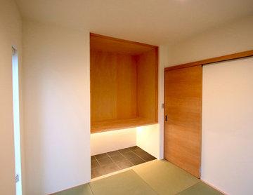 シンプルに仕上げた和室には吊り収納と間接照明でより綺麗に