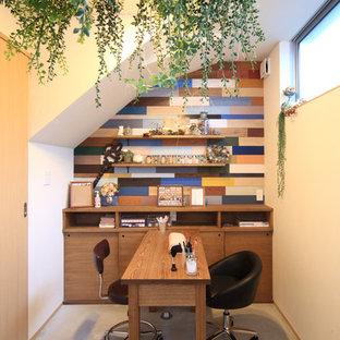 名古屋の小さいコンテンポラリースタイルのおしゃれな書斎 (マルチカラーの壁、コンクリートの床、自立型机) の写真