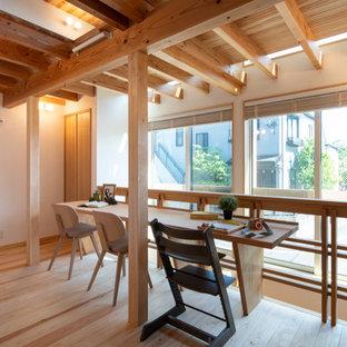 東京23区のアジアンスタイルのおしゃれなホームオフィス・書斎 (白い壁、淡色無垢フローリング、造り付け机、ベージュの床) の写真