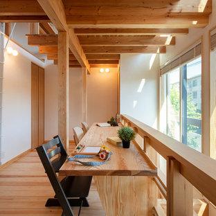 東京23区の北欧スタイルのおしゃれなホームオフィス・書斎 (白い壁、淡色無垢フローリング、造り付け机、茶色い床) の写真
