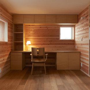 大阪の和風のおしゃれな書斎 (無垢フローリング、造り付け机、ベージュの壁、ベージュの床) の写真