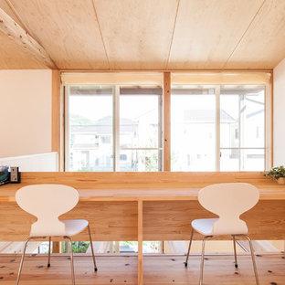 他の地域の小さい北欧スタイルのおしゃれなホームオフィス・書斎 (白い壁、造り付け机、無垢フローリング) の写真