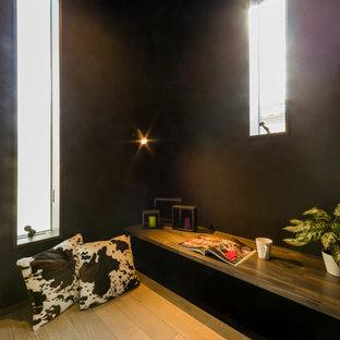 Esempio di un ufficio nordico con pareti nere, parquet chiaro, scrivania incassata e pavimento beige