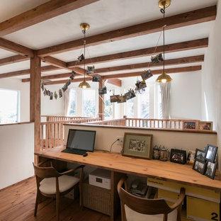 名古屋のアジアンスタイルのおしゃれな書斎 (白い壁、造り付け机、茶色い床、無垢フローリング) の写真