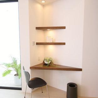 Esempio di un ufficio moderno con pareti bianche, pavimento in compensato, nessun camino, scrivania incassata e pavimento bianco