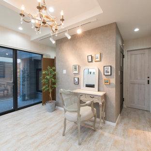 Inspiration för moderna hemmastudior, med vita väggar, ett fristående skrivbord och beiget golv
