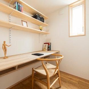 横浜のアジアンスタイルのおしゃれなホームオフィス・書斎 (白い壁、無垢フローリング、造り付け机、茶色い床) の写真