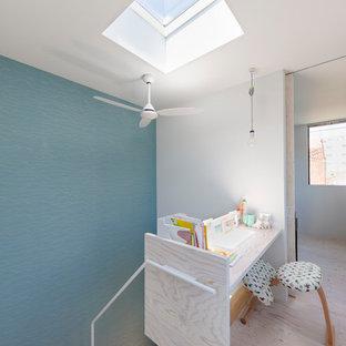 東京23区のエクレクティックスタイルのおしゃれなホームオフィス・書斎 (マルチカラーの壁、塗装フローリング、造り付け机、ベージュの床) の写真