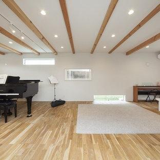 他の地域のモダンスタイルのおしゃれなホームオフィス・仕事部屋 (白い壁、茶色い床、無垢フローリング) の写真