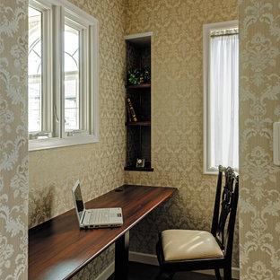 Inspiration pour un bureau traditionnel avec un mur beige, un sol en contreplaqué, un bureau intégré, un sol marron, un plafond en papier peint et du papier peint.