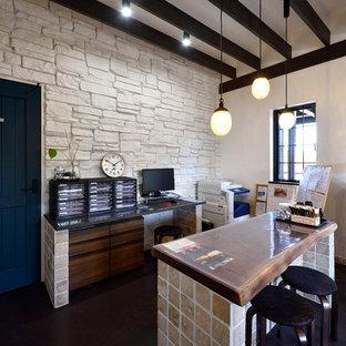 他の地域の中サイズのシャビーシック調のおしゃれなホームオフィス・仕事部屋 (ベージュの壁、自立型机、黒い床) の写真