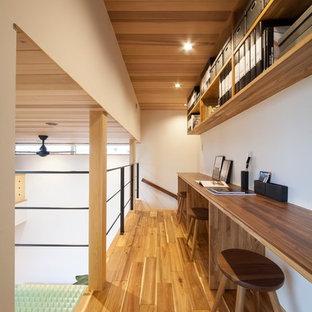 他の地域の北欧スタイルのおしゃれなホームオフィス・仕事部屋 (白い壁、茶色い床) の写真