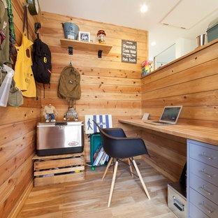 他の地域のおしゃれなホームオフィス・書斎 (茶色い壁、茶色い床) の写真