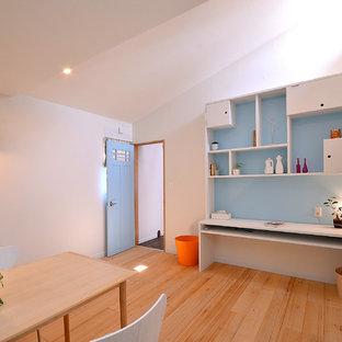 他の地域のコンテンポラリースタイルのおしゃれなホームオフィス・書斎 (白い壁、無垢フローリング、造り付け机、茶色い床) の写真