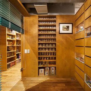 他の地域のモダンスタイルのおしゃれなホームオフィス・書斎 (茶色い壁、無垢フローリング、茶色い床) の写真