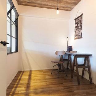 東京都下の小さいインダストリアルスタイルのおしゃれなホームオフィス・仕事部屋 (白い壁、無垢フローリング、造り付け机、茶色い床) の写真