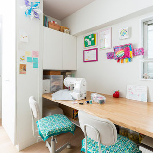 東京23区のコンテンポラリースタイルのおしゃれなホームオフィス・書斎 (白い壁、淡色無垢フローリング、ベージュの床) の写真