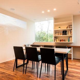 他の地域のインダストリアルスタイルのおしゃれなホームオフィス・書斎 (白い壁、無垢フローリング、自立型机、茶色い床) の写真