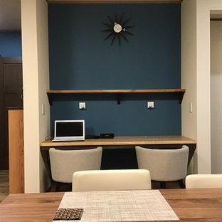 Idéer för att renovera ett litet vintage hemmastudio, med vita väggar, mellanmörkt trägolv, ett fristående skrivbord och brunt golv