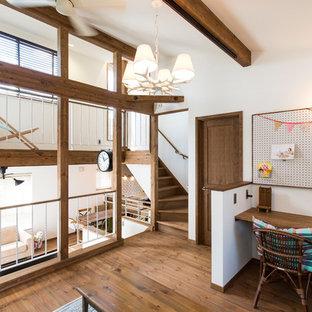 他の地域のコンテンポラリースタイルのおしゃれなホームオフィス・仕事部屋 (白い壁、濃色無垢フローリング、造り付け机、茶色い床) の写真