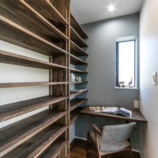 名古屋の小さいコンテンポラリースタイルのおしゃれなホームオフィス・書斎 (マルチカラーの壁、無垢フローリング、造り付け机、茶色い床) の写真