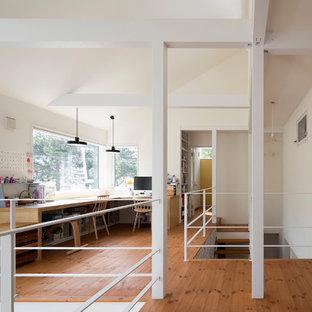 他の地域のコンテンポラリースタイルのおしゃれなホームオフィス・仕事部屋 (白い壁、無垢フローリング、造り付け机、茶色い床) の写真