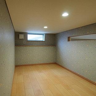 他の地域の小さいモダンスタイルのおしゃれなホームオフィス・書斎 (ライブラリー、グレーの壁、合板フローリング、ベージュの床) の写真