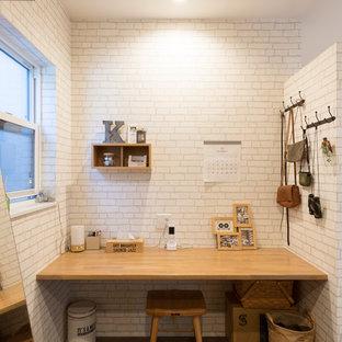 京都の北欧スタイルの書斎・ホームオフィスの画像 (白い壁、造り付け机、茶色い床)