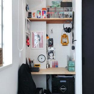 Inspiration för ett litet industriellt hemmastudio, med vita väggar och ett inbyggt skrivbord
