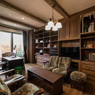 横浜のおしゃれなホームオフィス・仕事部屋 (白い壁、無垢フローリング、自立型机、茶色い床) の写真