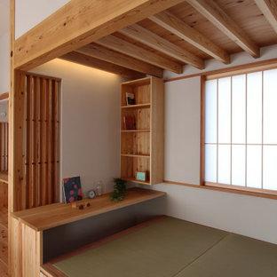 Foto de despacho minimalista, de tamaño medio, con paredes blancas, tatami y escritorio empotrado