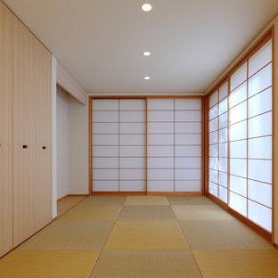 Foto di uno studio etnico con pareti bianche, pavimento in tatami e pavimento verde