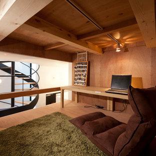 Свежая идея для дизайна: рабочее место в восточном стиле с коричневыми стенами, светлым паркетным полом, встроенным рабочим столом и коричневым полом без камина - отличное фото интерьера