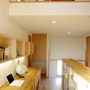 横浜の中サイズのコンテンポラリースタイルのおしゃれなホームオフィス・仕事部屋 (白い壁、淡色無垢フローリング、造り付け机、茶色い床) の写真