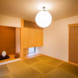 Идея дизайна: кабинет среднего размера в восточном стиле с белыми стенами, татами и зеленым полом без камина