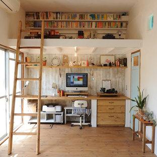 На фото: кабинеты в скандинавском стиле с белыми стенами, паркетным полом среднего тона, встроенным рабочим столом и коричневым полом