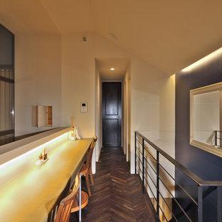 東京23区の小さいトランジショナルスタイルのおしゃれなホームオフィス・仕事部屋 (白い壁、濃色無垢フローリング、造り付け机、茶色い床) の写真