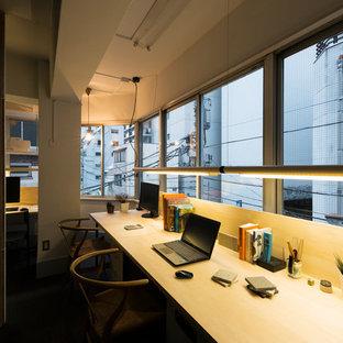 Foto di un piccolo atelier moderno con pareti bianche, moquette, nessun camino, scrivania incassata e pavimento nero